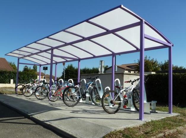 Parkings à vélos couverts devant les entrées des écoles d'Angers