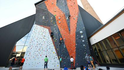 Climbing-Mulhouse-Center-on-grimpe-et-on-accroche-le-mur-exterieur-de-25-metres-1536x864.jpg